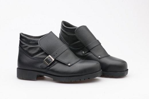 На снимке представлены ботинки производителя «Спецобувьтрейд» с металлическим подноском