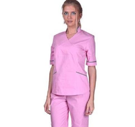 На снимке изображен хирургический комплект розового цвета
