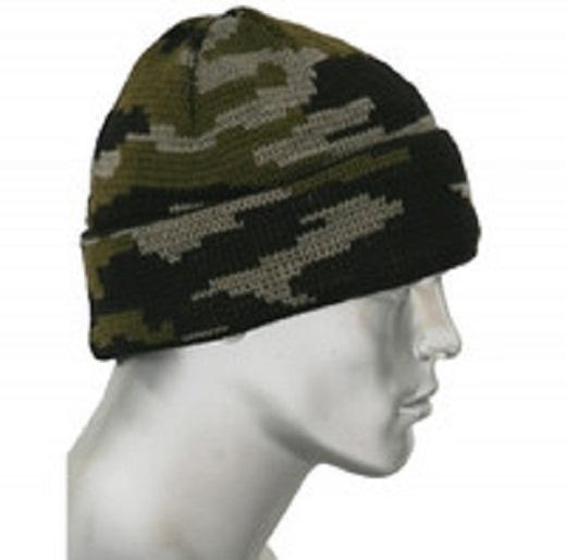 Зимняя шапка расцветки камуфляж на снимке