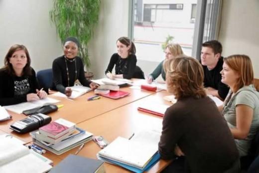 На снимке показано совещание перед рабочим днем