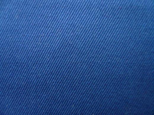 На фото лоскут ткани саржа