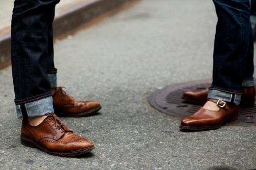На фото пример брогов, надетых без носков, с подвернутыми джинсами