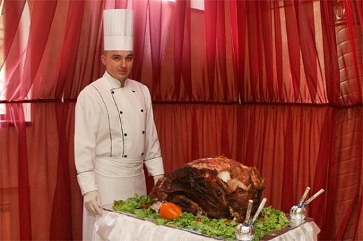 На фото представлен парадный комплект шеф-повара, для выхода в зал